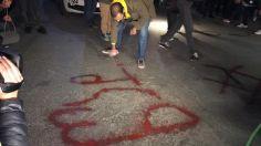 """აქციის მონაწილეების მიერ """"ქართული ოცნების"""" ოფისთან წარწერის: """"წადი"""" გაკეთებას, პოლიციასთან შეხლა-შემოხლა მოჰყვა"""