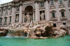 რომში ტრევის შადრევანთან დამცავ ღობეს დადგამენ